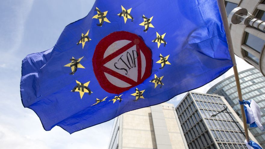 """A flag which says """"stop"""" and has euro money signs in the EU stars flaps in the wind during a protest march in solidarity with Greece in the center of Brussels on Sunday, June 21, 2015. Ciudad: Bruselas Pais: Belgica / Belgium Autor: Virginia Mayo Agencia: AP Photo"""