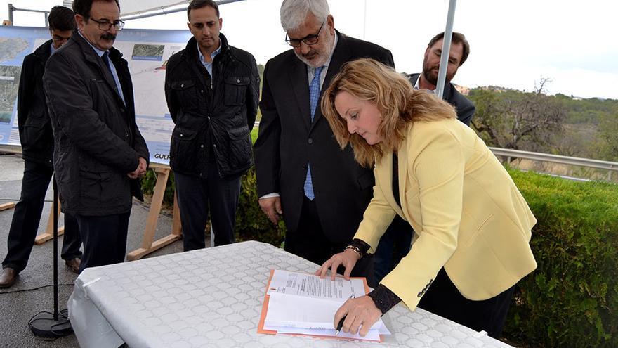 La concejala de Urbanismo firma el acta de replanteo mientras Sánchez se mantiene en un segundo plano.