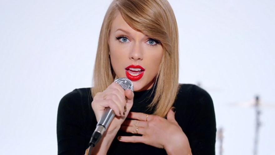 Taylor Swift se lo sacude