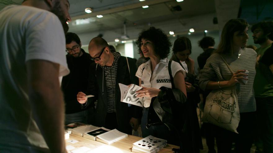 Los visitantes del CCCB curioseando con las novelas gráficas de Abstract Editions