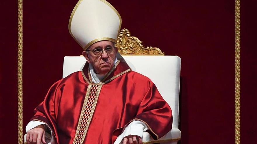 El papa recibe a ONG española que salva inmigrantes y pide humanizar el tema