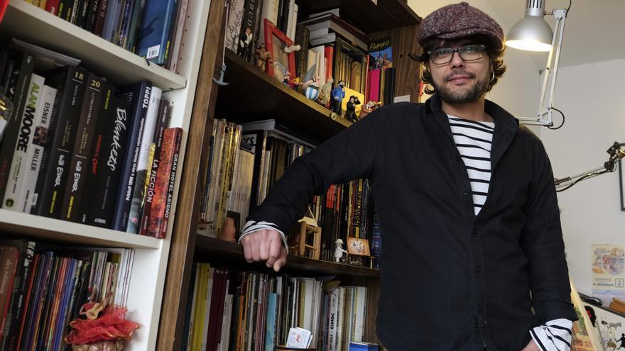 El artista Santos de Veracruz en su taller de trabajo.   JOAQUÍN GÓMEZ SASTRE