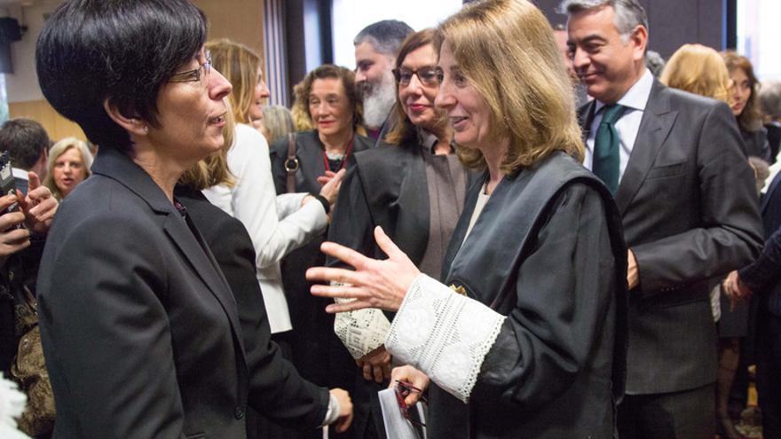 La fiscal superior del País Vasco, Carmen Adán, con la consejera Estefanía Beltrán de Heredia