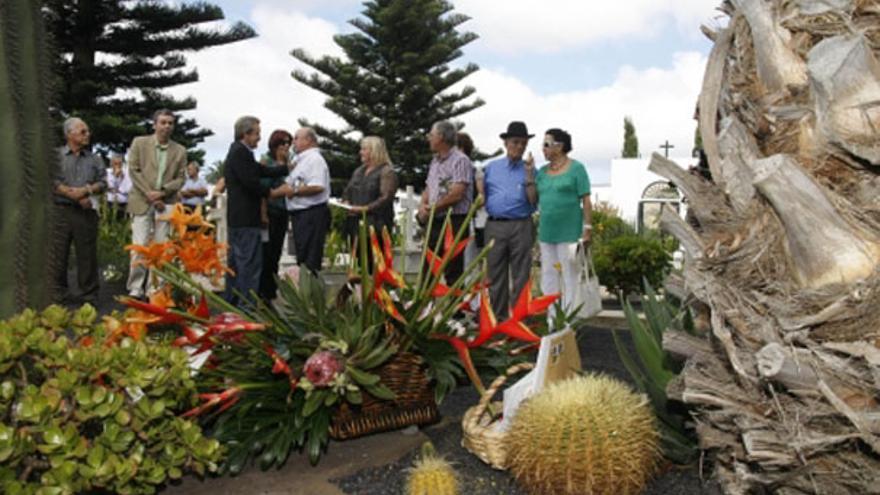 Ofrenda floral en memoria de César Manrique