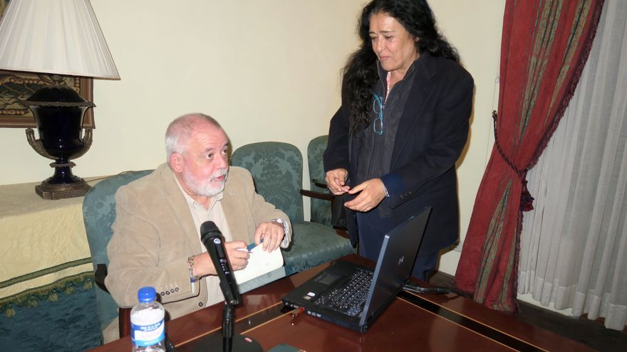 Juan Capote el día de la presentación del libro con Ana Isabel, hija de Antonio Manuel Rodríguez, impulsor de la defensa de las razas autóctonas palmeras en peligro.