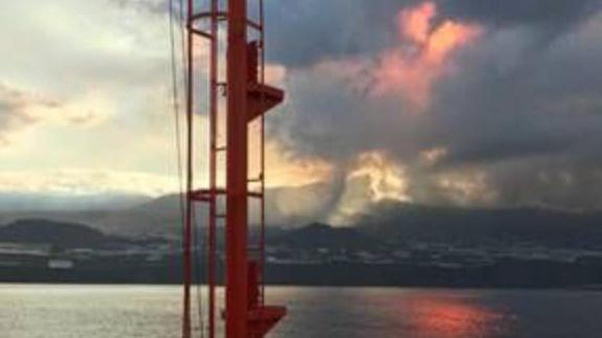 Costa oeste de La Palma, con el nuevo volcán de La Palma, al fondo.