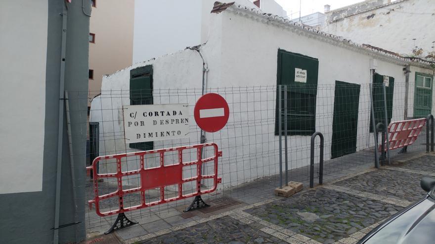 El callejón Tres Codos (en la imagen) se encuentra cerrado al tránsito por desprendimientos desde mediados de 2016. Foto facilitada por el PP.