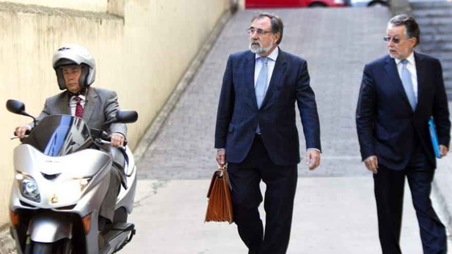 El juez José Castro llega al juzgado en moto a la vez que el vicealcalde de Valencia, Alfonso Grau, a la derecha.