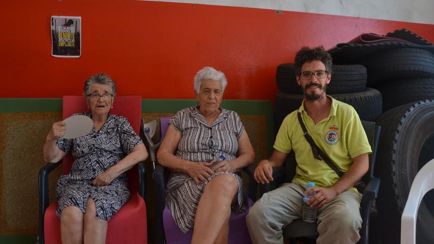 Josefa y Eleutaria, desalojadas del Valle de Agaete, y Francisco, cuya familia fue evacuada de Fagajesto, en el polideportivo de Agaete.