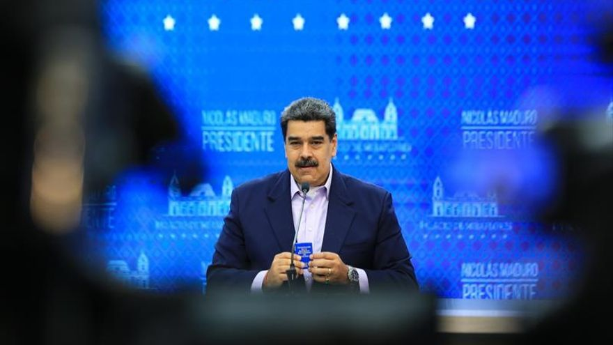 Fotografía cedida por prensa Miraflores que muestra al presidente de Venezuela, Nicolás Maduro, durante una alocución desde el Palacio de Miraflores en Caracas (Venezuela).