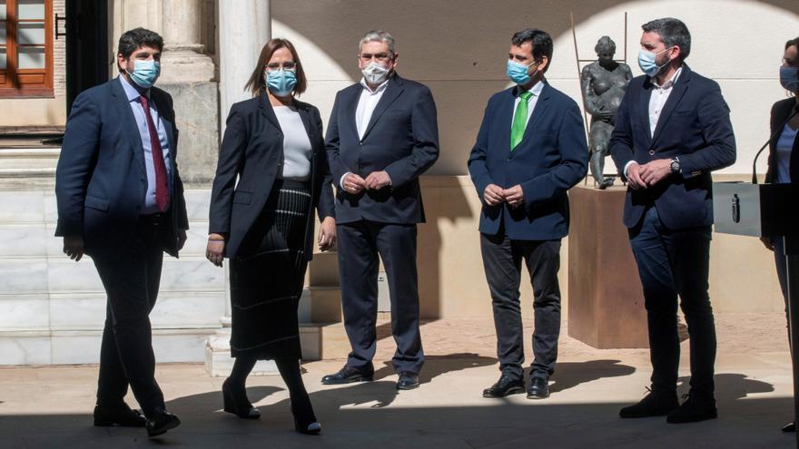 El presidente de la Comunidad de Murcia, Fernando López Miras (i), y la vicepresidenta Isabel Franco (2i), llegan a la rueda de prensa. EFE/Marcial Guillén