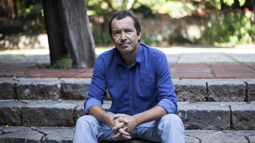Jordi Gràcia en los jardines de la UB