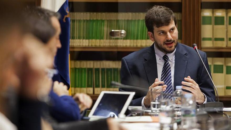 El politólogo Rafael Álvarez Gil, durante su intervención en la comisión parlamentaria sobre la reforma del sistema electoral canario. EFE/Ramón de la Rocha