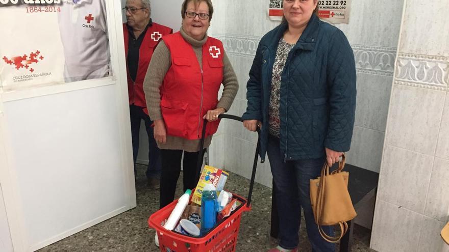 Ana también recibe productos de primera necesidad en Cruz Roja