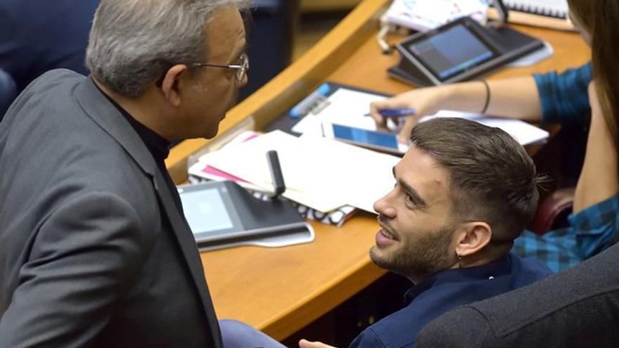El portavoz del PSPV, Manolo Mata, dialoga con el síndic de Compromís, Fran Ferri