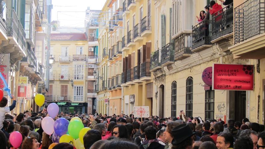 Colectivos de La Casa Invisible piden al Consistorio en una manifestación festiva la cesión del uso del edificio