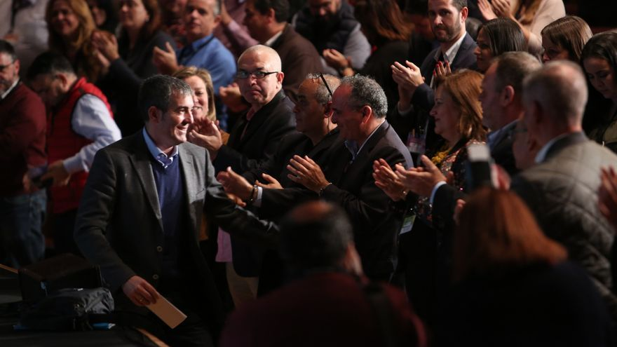 El presidente del Gobierno de Canarias, Fernando Clavijo, ovacionado tras su discurso.