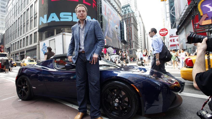 Elon Musk posa con un Tesla en Nueva York el día de la salida a bolsa en 2010.