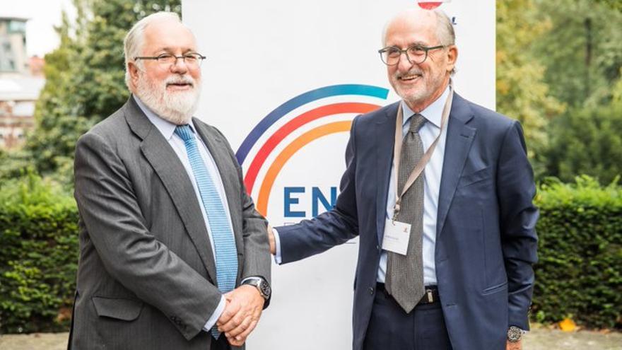 El presidente de Repsol, Antonio Brufau, abre la V edición de Energy For Europe en Bruselas, con Miguel Arias Cañete, el 3 de octubre de 2019.