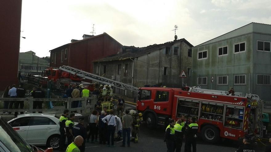 Alcalde de Bilbao dice que el edificio incendiado en Zorroza está colapsado y hay riesgo de que se derrumbe