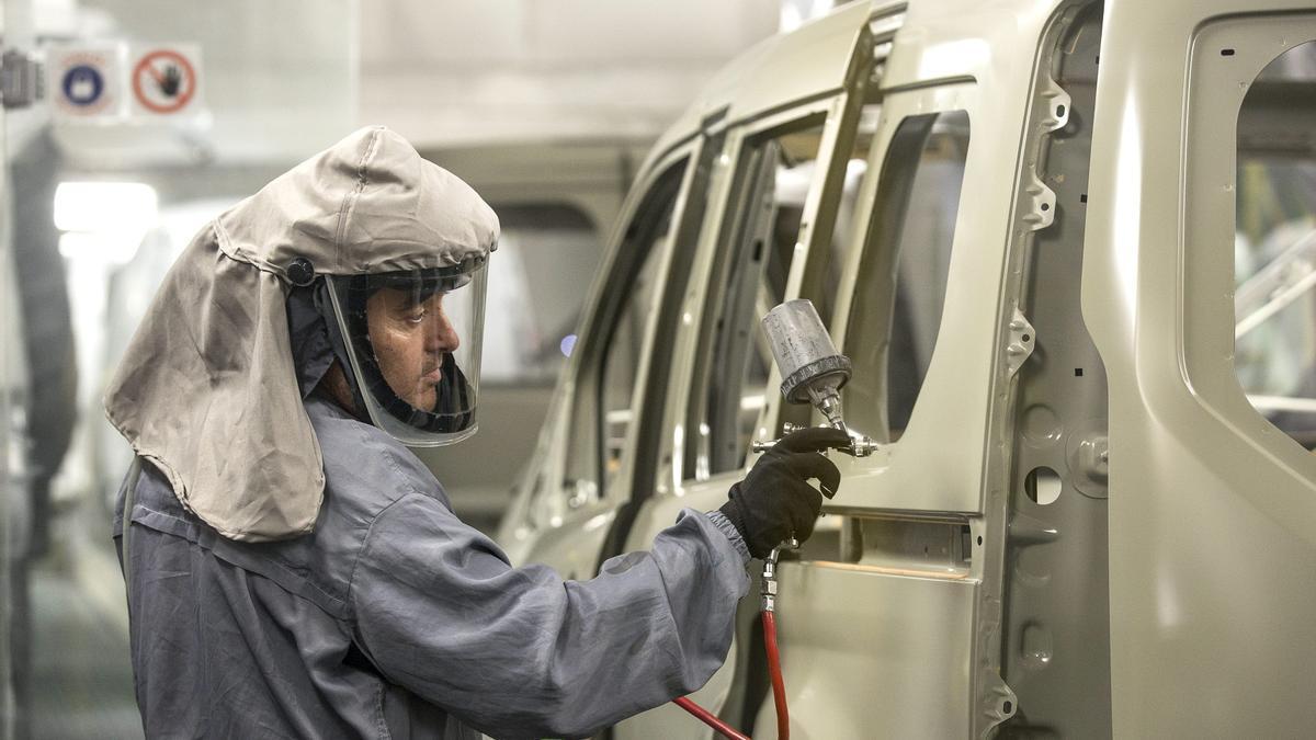 Un trabajador de la planta de pintura de Ford en Almussafes (Valencia), revisa una carrocería. EFE/Manuel Bruque/Archivo.