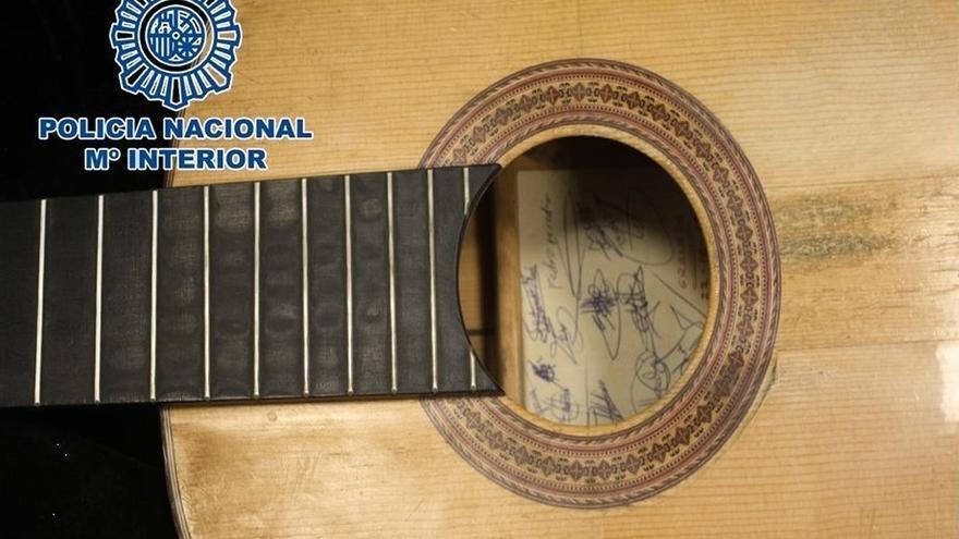 La Policía Nacional recupera una guitarra española sustraída en 1997