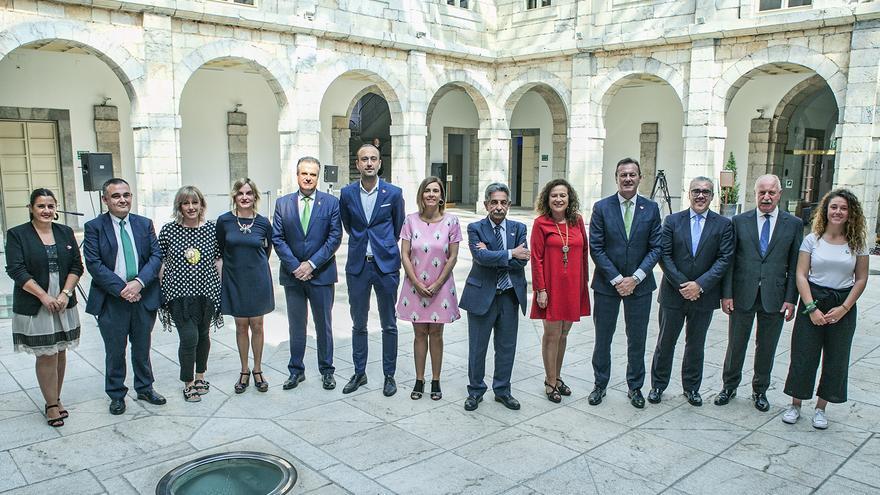 Diputados del PRC en el patio del Parlamento de Cantabria. | TOMÁS BLANCO