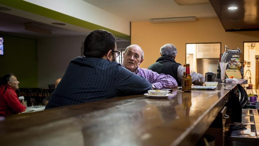 El exacalde de Gimenells charla en un bar del pueblo / ENRIC CATALÀ