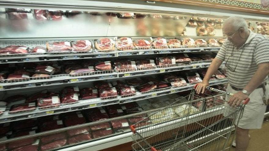 Bandejas de carne en un supermercado.