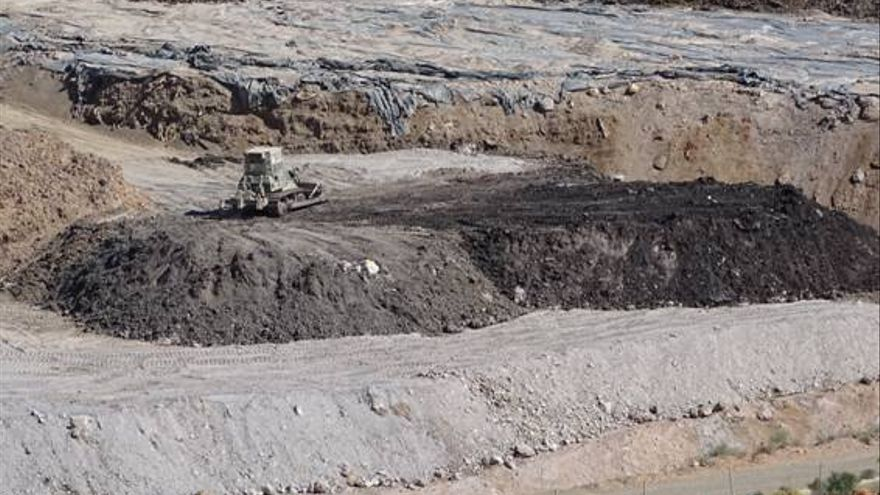 Maquinaria trabajando en el vertedero del Valle de Escombreras / Foto: ANSE