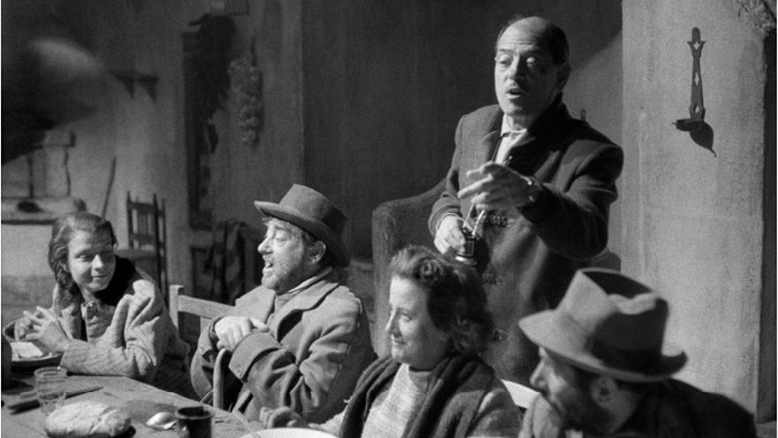Lola Gaos escucha las indicaciones de Luis Buñuel.
