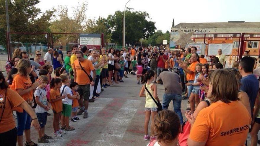 Padres y alumnos se han concentrado a las puertas de los barracones con motivo del inicio del curso / Tots som Cremona
