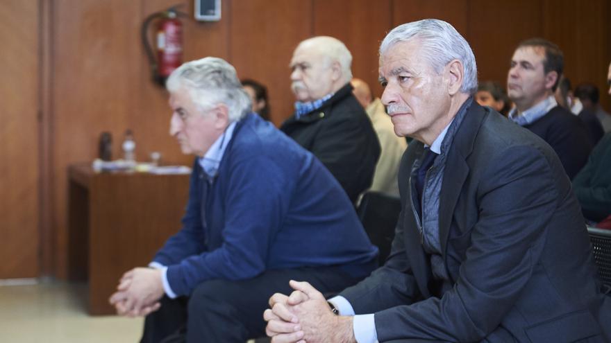 Los agentes Juan Vergar e Iñaqui Urquijo y el ex presidente del Racing de Santander, Francisco Pernia, en el juicio. Archivo  JUAN MANUEL SERRANO