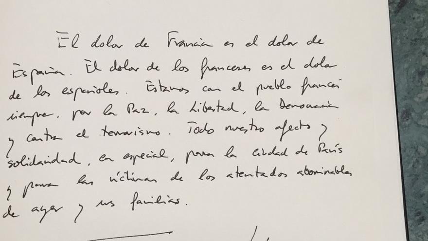 """Los Reyes en el libro de condolencias de la Embajada francesa: """"El dolor de Francia es el dolor de España"""""""