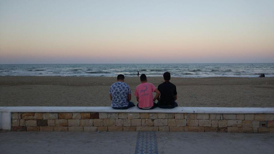 Jóvenes marroquíes en la playa de Martil, desde donde planean partir hacia las costas españolas.