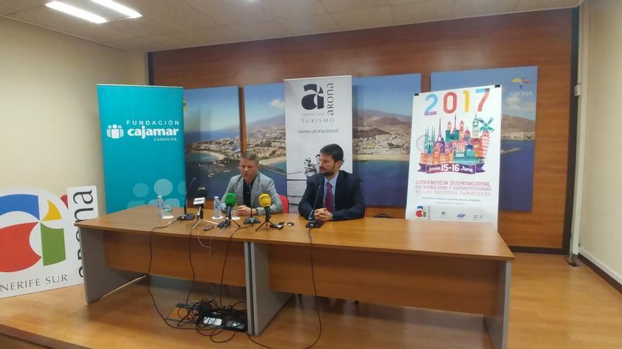 David Pérez, responsable de Turismo en Arona (izquierda), en la presentación de la conferencia