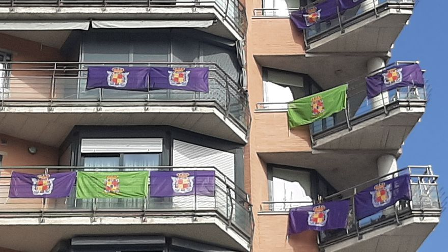 """Banderas de Jaén en balcones de la provincia contra el """"ninguneo"""" de administraciones."""