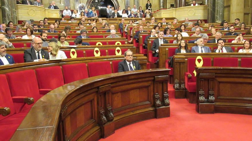 "Puigdemont dice que Cs retira un lazo amarillo del Parlament por su ""deriva nacionalfalangista"""