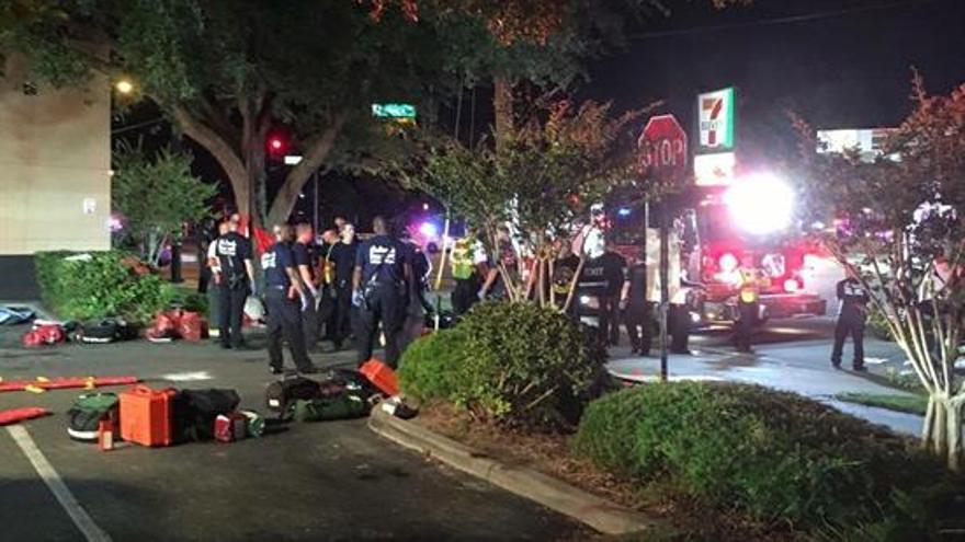 Imagen ofrecida por Univision Florida Central que muestra los alrededores del local en el que se ha producido el tiroteo