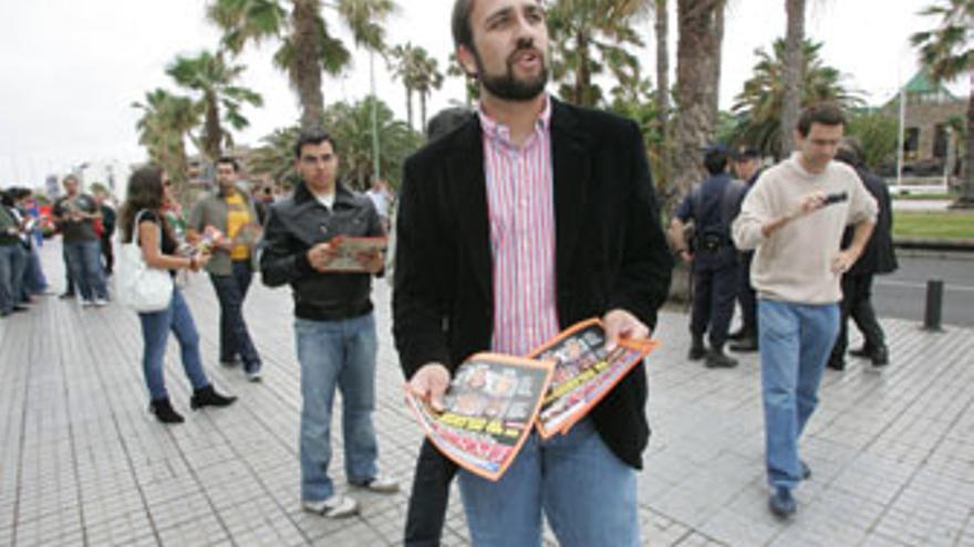 Sergio Tinguaro Falcón, repartiendo un fotomontaje de la revista Época, a la entrada de un mitín de José Luis Rodríguez Zapatero.