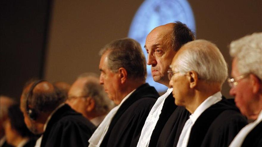 El presidente de la Corte Internacional de Justicia de La Haya, Peter Tomka, y otros miembros del tribunal.