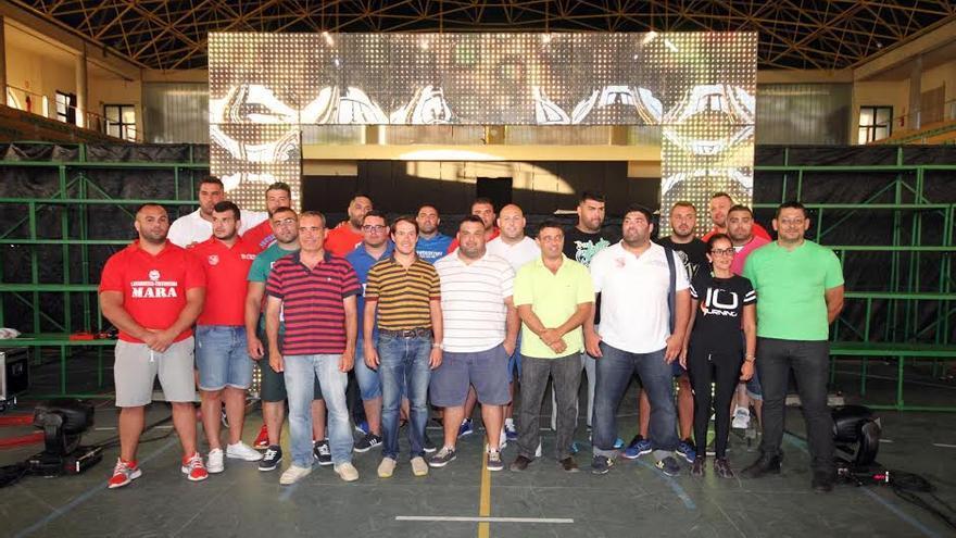 En la imagen, el consejero de Deportes, Mariano Hernández, con los luchadores.