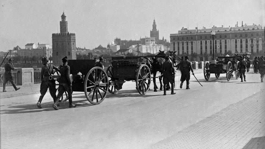 Tropas golpistas cruzan el puente de San Telmo en Sevilla.