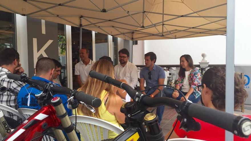 En la imagen, Asier Antona, junto a Lorena Hernández, Mariano Hernández y Raúl Camacho en una reunión celebrada para fomentar la práctica del mountain bike.