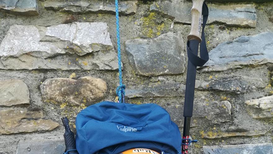 La mochila nos permite diferentes posibilidades como podemos ver en cuanto a la colocación del material (bastones, piolet, casco o crampones) se refiere.