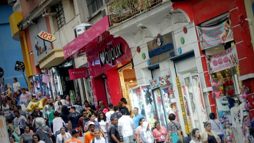 Personas realizan compras en Sao Paulo (Brasil).