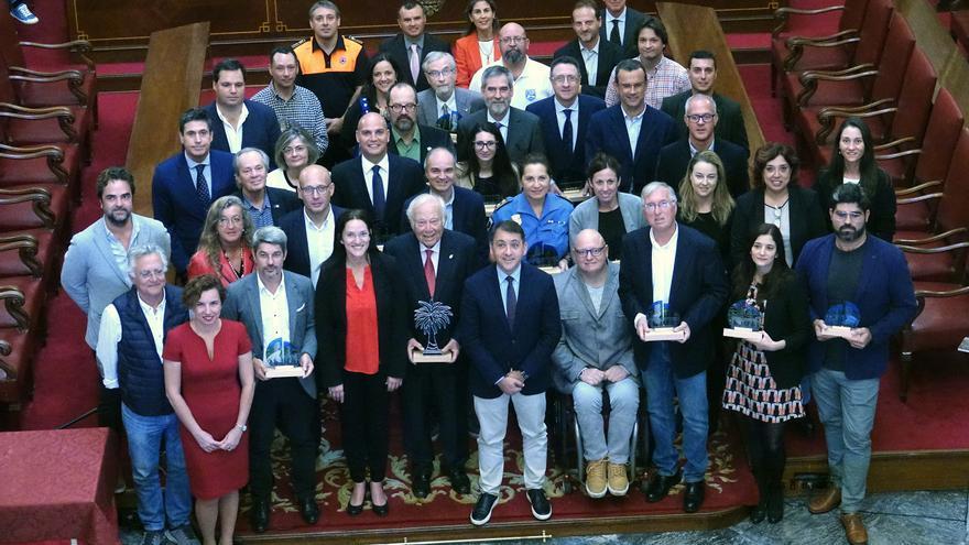 Foto de familia con el alcalde Bermúdez y todos los distinguidos, este miércoles en Santa Cruz