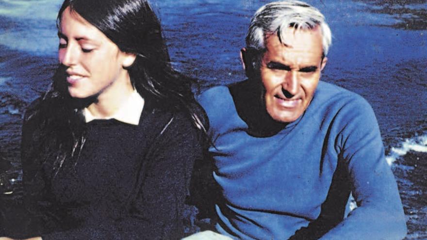 Michelle Bachelet en su juventud, junto a su padre Alberto.
