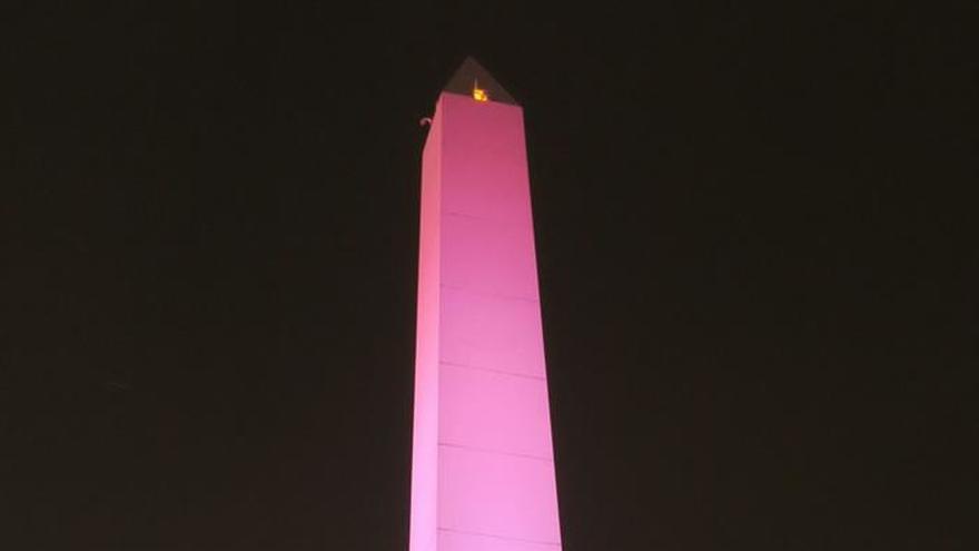 Iluminan el obelisco de Buenos Aires con los colores de la bandera de México