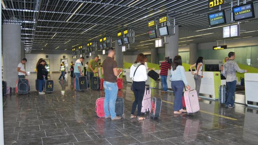 Figurantes durante las pruebas de puesta a punto en la nueva terminal norte del Aeropuerto de Gran Canaria.
